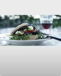 Burger med stegt aubergine og aiolli