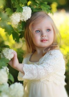 FrancaZampieri shared a photo from Flipboard Beautiful Children, Beautiful Babies, Cute Kids, Cute Babies, White Gardens, Baby Kind, Little People, Belle Photo, Pretty Face