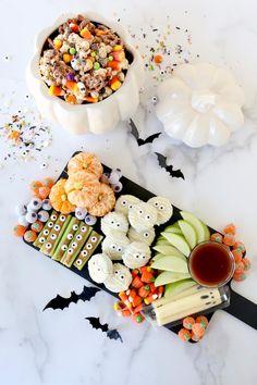 Halloween Snacks For Kids, Halloween Movie Night, Fall Snacks, Halloween Dinner, Toddler Halloween, Halloween Birthday, Halloween Party Decor, Holidays Halloween, Easy Halloween