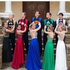 O vestido de cada madrinha combinando com a roupa de super herói de cada padrinho! Toppppp né?  #universodasnoivas #wedding #casamento #wedding #vestido #madrinha #amei #noiva #noivas by ouniversodasnoivas