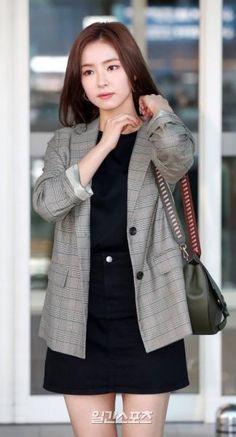 Shin Se Kyung (South Korean Actress) Top Female Celebrities, Korean Celebrities, Kpop Fashion Outfits, Korean Outfits, Shin Se Kyung, Smart Casual Outfit, Nice Outfits, Office Looks, Korean Actresses