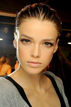 neat nude makeup look. It looks like she just has on liner, lashes, nude lip, & lt bronzer.