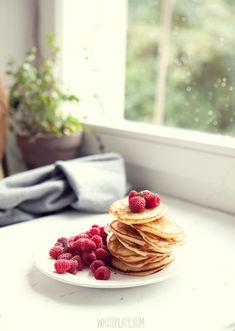 Placuszki z miodem i malinami. Dla taty. – White Plate Breakfast Time, Breakfast Recipes, White Plates, Crepes, Allrecipes, Food Styling, Panna Cotta, Raspberry, Pancakes