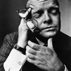 FOTOGRAAF: Irving Penn - Truman Capote  Amerikaanse fotograaf, met name bekend werd door zijn werk in de modewereld. Penn werkte lange tijd voor het blad Vogue. Hij maakte meer dan 150 covers voor het magazine.