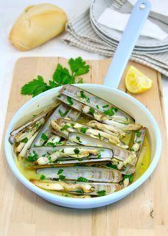 Garlic Razor Clams # NAvajas al ajillo Fish Dishes, Seafood Dishes, Fish And Seafood, Fish Recipes, Seafood Recipes, Cooking Recipes, Food Porn, Portuguese Recipes, Foodblogger