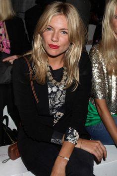 Sienna Miller, rouge à lèvres vermillon.