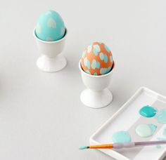 Give your eggs a personal twist with some Easter greetings and messages stuck on it. Check out Easy Easter Egg Decorating and Craft Ideas Hoppy Easter, Easter Eggs, Oster Dekor, Easter Egg Designs, Easter Ideas, Diy Ostern, Easter Celebration, Easter Party, Easter Brunch