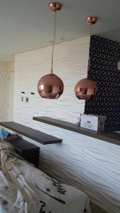 Parede com revestimentos em 3D e pendentes bolas cobre design espanhol