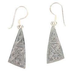 Präzise ziselierte, schmale Silberstreifen sind der Glanzpunkt dieser wunderschönen Ohrringe. Material: Silber 925 Farbe: Silber. Größe: B 1cm / L 4cm www.albena-shop.de