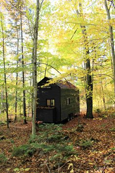A Canadian-made cabin, designed and built by Cabane. The 256 sq ft home has two bedrooms, a full kitchen, and can sleep up to five people! Tyni House, Tiny House Cabin, Cabin Homes, Tiny Homes, Prefab Cabins, Tiny Cabins, Dream Home Design, Tiny House Design, Tiny House Exterior