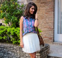 Look do dia com camisa xadrez sem mangas reformada e saia plissada branca. - OOTD with plaid shirt sleeveless pleated white skirt.  #ootd #lookdodia #blogdemoda