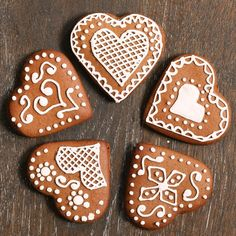 Gingerbread heart biscuits are traditionally seen at German christmas markets. These beautifully decorated german heart biscuits are incredibly simple to bake and with a batch of royal icing you can let you creative side run wild. Gingerbread Decorations, Christmas Gingerbread, Gingerbread Cookies, German Christmas Decorations, German Biscuits, Iced Biscuits, German Christmas Biscuits, Biscuit Decoration, German Cookies