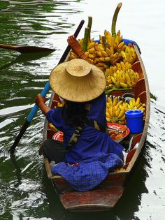 Floating Market in Damnoen Saduak - Thailand