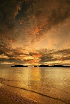 Chenang beach sunset in Langkawi, Malaysia Beautiful World, Beautiful Places, Skier, Quelques Photos, Beautiful Sunrise, Sky And Clouds, Pretty Pictures, Beautiful Landscapes, Sunsets