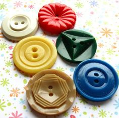 A simple collection of pretty vintage buttons from LillianOlive