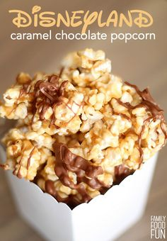 Copycat Disneyland Main Street Caramel Chocolate Popcorn Recipe 4 quarts popped corn (about 1 cup cup cups light brown teaspoon salt½ cup light corn cup milk chocolate chips Popcorn Snacks, Flavored Popcorn, Gourmet Popcorn, Popcorn Balls, Popcorn Shop, Candy Popcorn, Pop Popcorn, Candy Recipes, Snack Recipes