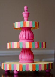 Suporte para doces. Tb pode ser feito com palito de picolé. Hopscotch Studios Designs: DIY cupcake stands:
