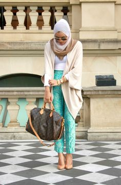 Those pants are pretty fly! #hijabi #louisvuitton #nudeheelsrock Crop pants in turquoise/mint with slouch sweater
