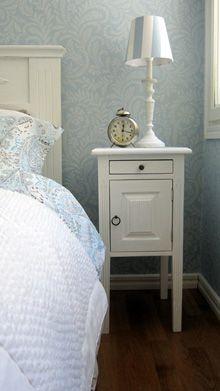 Juvin kustavilainen yöpöytä ja sängynpääty valkoiseksi pintakäsiteltynä. Katso lisää yöpöytämalleja: http://www.juvi.fi/yopoydat.html