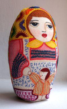 Juana / matrioska con Juanita / niña muñeca de tela por Gineceo, $49.00