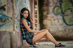 Dpz for girls Girl Photo Poses, Girl Photography Poses, Urban Photography, Picture Poses, Girl Poses, Jess Conte, Graffiti Photography, Teen Poses, Quinceanera Photography