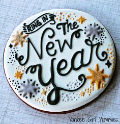 Roundup of the BEST New Year's Eve Cakes, Sweets, Tutorials, and Ideas! Ring in the new year with these creative sweets which are sure to please! Iced Cookies, Royal Icing Cookies, Cake Cookies, Sugar Cookies, New Year's Cupcakes, Cupcake Cakes, New Year Cake Designs, New Years Cookies, New Year's Desserts