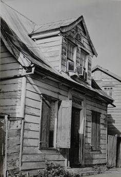 Woonhuis aan de Samsonstraat no.5, in de wijk Frimangron te Paramaribo.  Datum: Locatie: Paramaribo, Suriname Vervaardiger: Inv. Nr.:  20-184 Fotoarchief Stichting Surinaams Museum