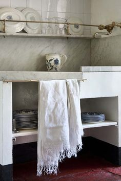 note: I just love the detailing along the shelf & the marble