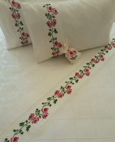 This post was discovered by A'yşe ÇETİNER. Discover (and save!) your own Posts on Unirazi. Embroidery Stitches, Hand Embroidery, Embroidery Designs, Embroidered Towels, All Craft, Silk Painting, Needle And Thread, Bed Sheets, Floral Tie
