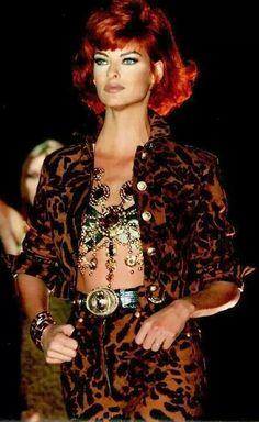 Linda Evangelista walked for Gianni Versace Couture Runway Show 1992 Gianni Versace, Donatella Versace, Versace Men, Versace Sale, Atelier Versace, Fashion Week, 90s Fashion, Runway Fashion, Fashion Models