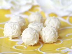 Bala de Coco.  Duas opções de receita:  http://tudogostoso.uol.com.br/receita/10590-bala-de-coco-gelada.html