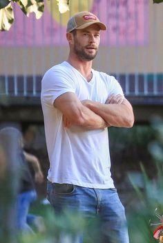 Short Fade Haircut, Hemsworth Brothers, Chris Hemsworth Thor, Cute Actors, Crew Cuts, Man Bun, Byron Bay, Chris Evans, Man Crush