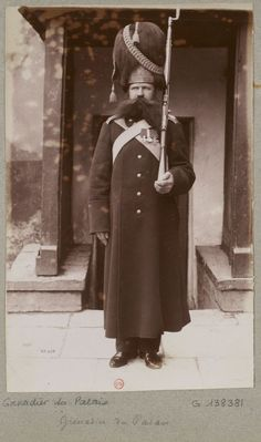 Gente della Guerra Palace Grenadier on guard duty, date unknown. Imperial Army, Imperial Russia, Old Photos, Vintage Photos, Russian Revolution, Men In Uniform, Historical Clothing, Military History, Military Uniforms