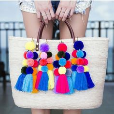 This is a great idea if you don't want a real fur Pom Pom. Diy Tassel, Tassel Jewelry, Tassels, Diy Craft Projects, Diy And Crafts, Arts And Crafts, Pom Pom Crafts, Nativity Crafts, Purses And Bags
