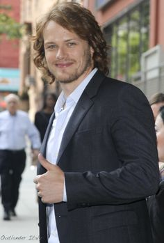 Sam in NYC. Love this new series on STARZ - Outlander. Now I know why I married Todd - he is my Jamie! Sam Heughan Caitriona Balfe, Sam Heughan Outlander, Outlander Tv, Outlander Casting, Diana Gabaldon Outlander Series, Outlander Book Series, Galloway, John Bell, Richard Rankin