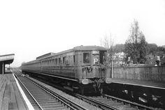 4142 unit at Lordship Lane Station Southern Trains, Uk Rail, Disused Stations, Southern Railways, British Rail, Electric Train, Electric Locomotive, South London, London Photos