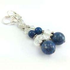 Kolczyki z niebieskim koralem, marmurem i przeźroczystymi kryształkami.