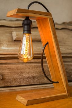 doityourself diy Wooden lamp: 60 amazing models and how to step by .- Holzleuchte: 60 erstaunliche Modelle und wie man Schritt fr Schritt vorgeht Neu dekoration stile Original and modern lamp with wooden cutouts - Table Lamp Wood, Wooden Lamp, Wooden Diy, Desk Lamp, Bedside Lamp, Bois Diy, Wooden Cutouts, Diy Holz, Lamp Design