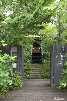 Hotel Noix La Soeur|ホテル ノワ・ラスール 中村好文 Green Landscape, Garden Landscape Design, Garden Landscaping, Japanese Garden Backyard, Dream Garden, Home And Garden, Porches, House Of Beauty, Tropical Houses