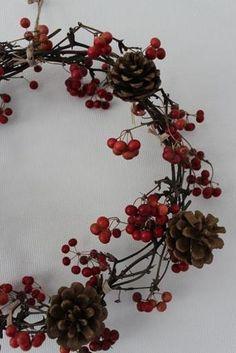 木の実の付いた枝を、クルクルと丸めただけのリースです。 庭や園芸店で手に入れたものを、枝を少しずつずらしながら輪にしてみましょう。 最後に、松ぼっくりやお気に入りのリボンなどを飾れば完成です。