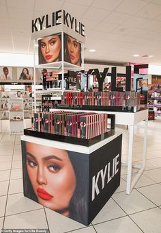 Jenner, the youngest sibling of the Kardashian family, started her make up line with lipstick kits in Kylie Cosmetics last year signed a deal with Ulta Beauty Inc to put her products in all of the retailer's U. stores (above) Kylie Jenner Lipstick Mac, Maquillaje Kylie Jenner, Kylie Makeup, Kylie Jenner Makeup Products, Kylie Jenner Makeup Collection, Les Benjamins, Beauty Blender, Kylie Cosmetics Store, Nyx Cosmetics