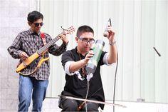 Verdadero Talento. Estos dos señores, utlizando algo similar a un machete para implementarlo como instrumento musical, al igual que este material color verde. ¡Verdadero genios! #YoTambiénQuieroAprender