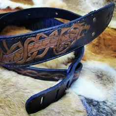 Alça para baixo feita em couro, com costura e marcação manual.