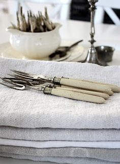 Beautiful, antique and simple style for the table!  Modern Country: Sølvtøy ~ silverware