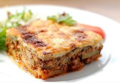 Moussaka is the perfect dish if you are in Bulgaria and want to experience traditional recipes. Here is the Moussaka recipe! Traditional Greek Moussaka Recipe, Traditional Greek Salad, Zucchini Pie, Plats Weight Watchers, Greek Dishes, Bechamel, Carne Asada, Vegetables, Greek Food Recipes