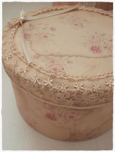 Vintage Fabric and Lace Covered Boxes - via Shabby Landhaus:  Kommen sie rein.....