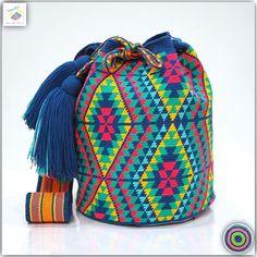 Wayuu bag single thread รุ่น Premium quality ⭕️Sold out⭕ Tapestry Bag, Tapestry Crochet, Crochet Round, Knit Crochet, Summer Beach Looks, Mochila Crochet, Bucket Bag, Crochet Patterns, Cross Stitch