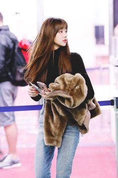 lisa blackpink airport fashion