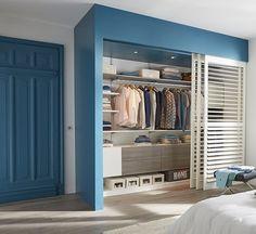 Une peinture bleue pétrole pour délimiter l'espace afin de créer un dressing hyper tendance !