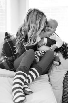 Love is in the air with this mom and baby photo Mama Baby, Mom And Baby, Mommy And Me, Photo Bb, Kind Photo, Cute Kids, Cute Babies, Foto Baby, Shooting Photo